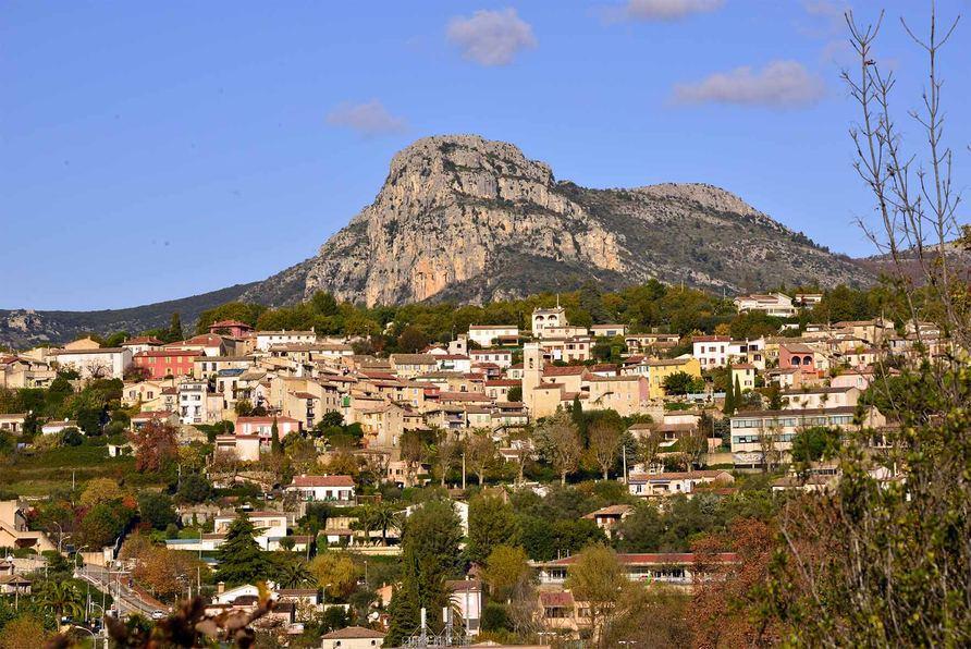 La Gaude Le territoire communal, d'une superficie de 1 310 ha, est formé de collines boisées dont l'altitude ne dépasse pas 349 m